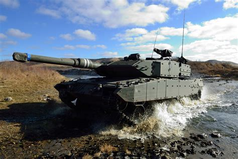 VIDEO : Canadian Army Leopard 2A4M Main Battle Tank Action