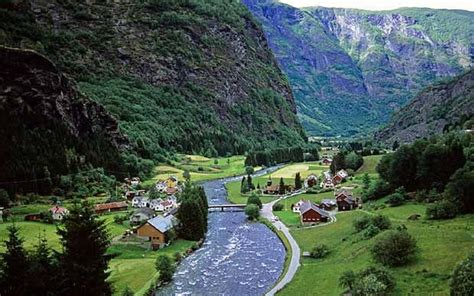 Norwegian fjords: echoes in the hut of the Mountain King